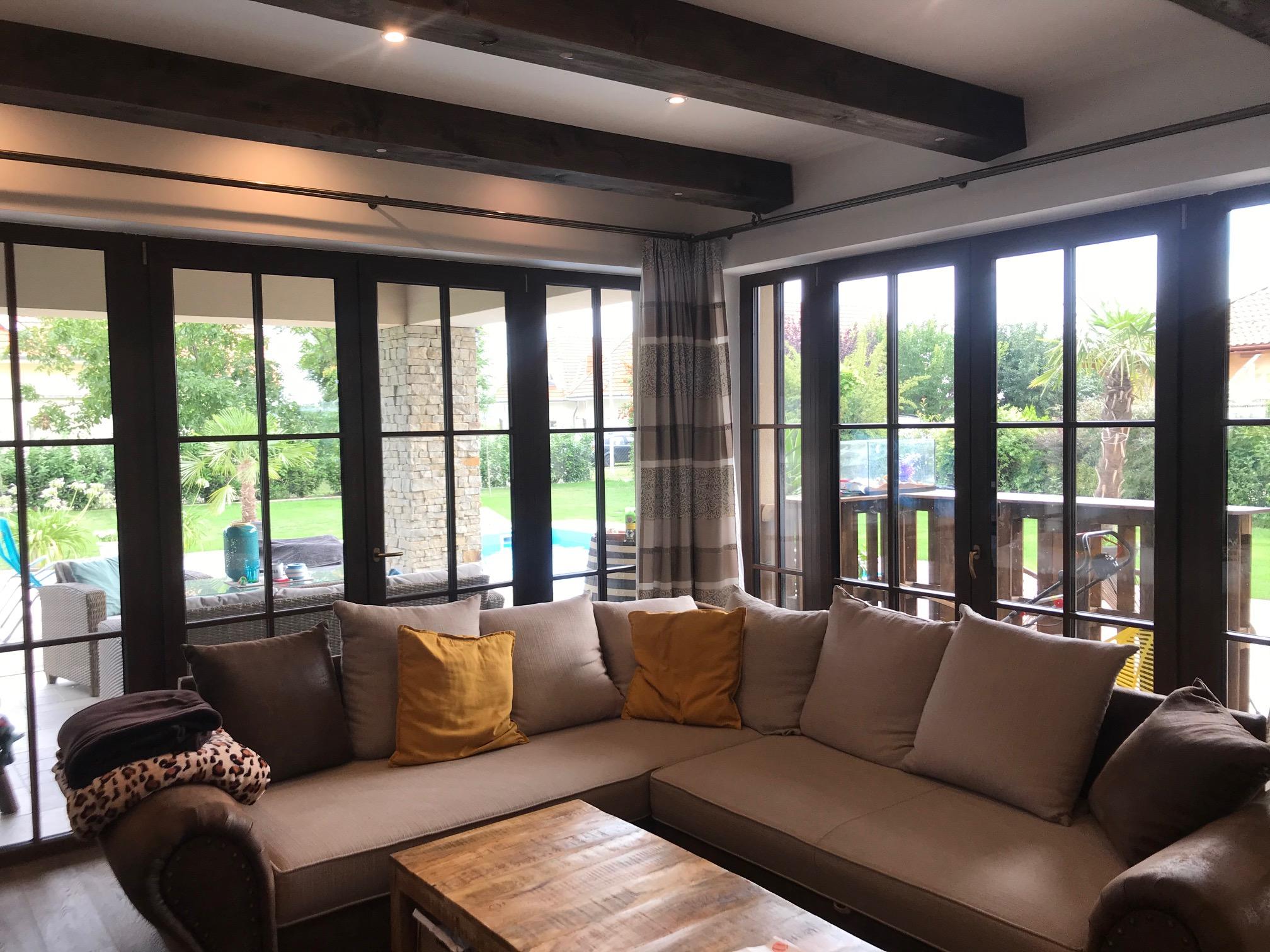 Családi-ház-beltér-nappali-kültéri-terasszal