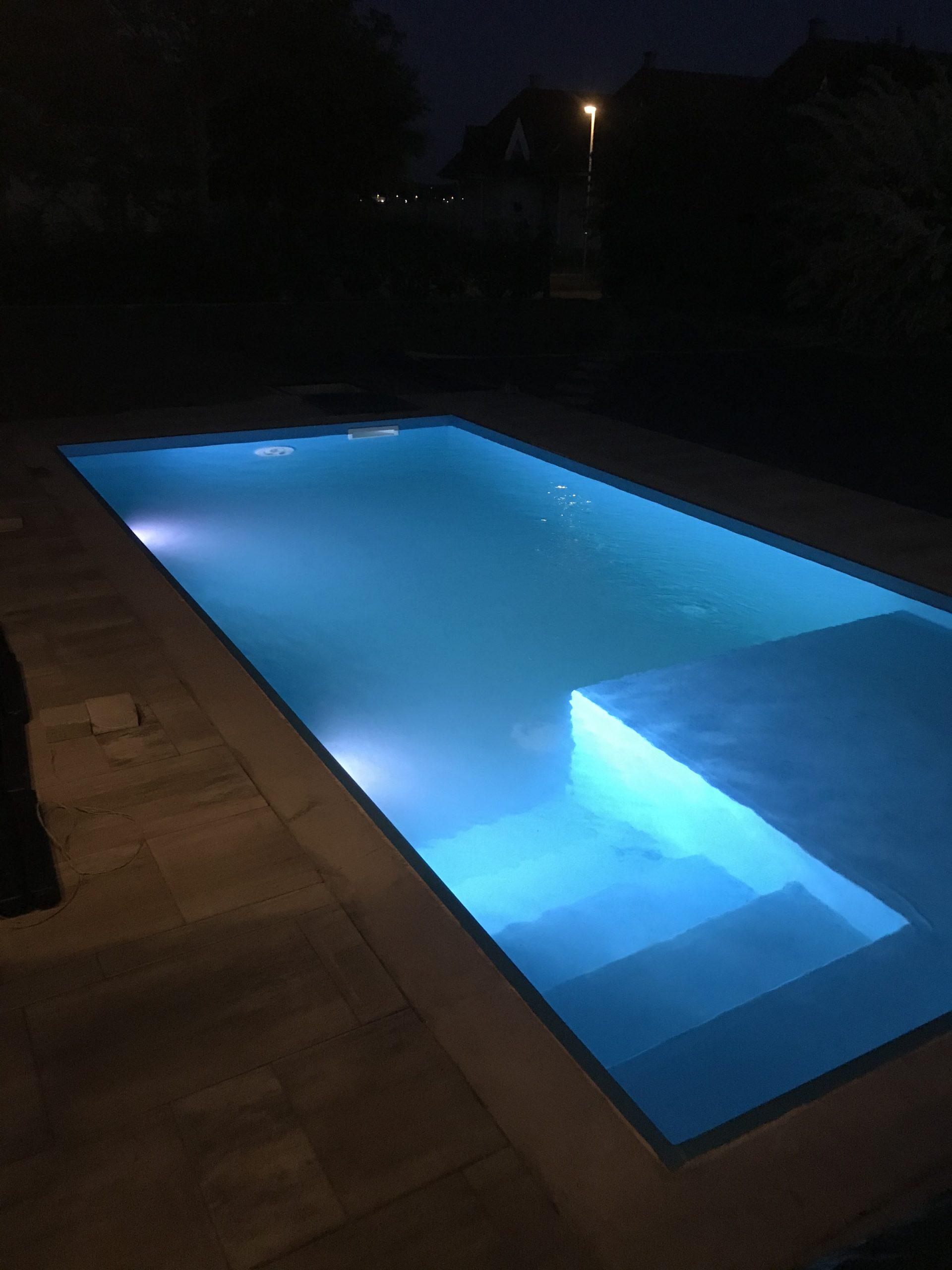 Családi-ház-éjszakai-medence-hosszanti-irány