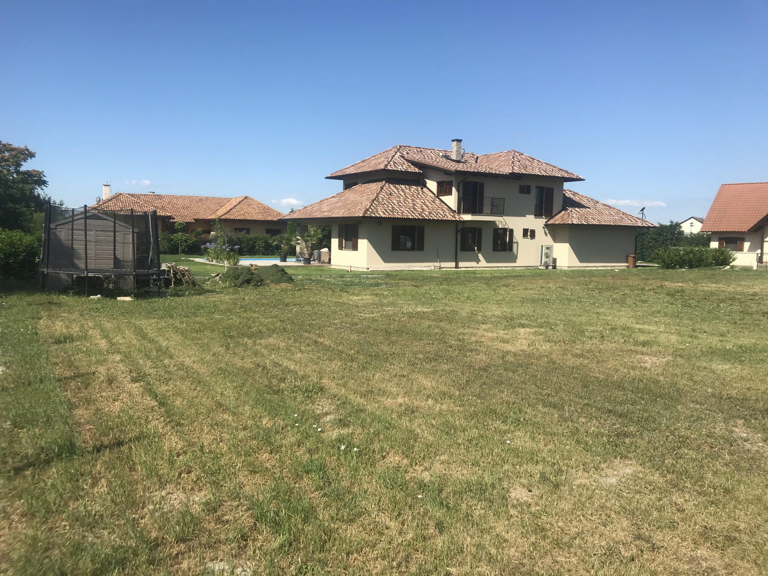 Családi-ház-hátsó-nézet-bal-távoli